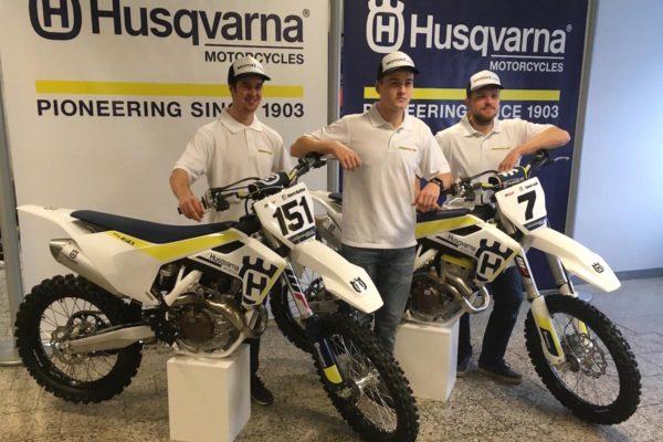 Harri Kullas (vasakult), Karel Kutsar ja Tanel Leok sõidavad 2017. hooajal Husqvarnadel.